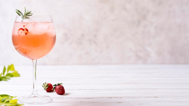 Cocktail alcoolisé rafraîchissant en gros plan avec espace copie
