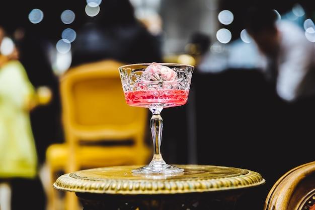 Cocktail alcoolisé rose photo de haute qualité