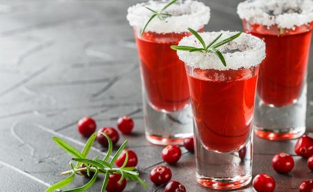 Cocktail alcoolisé rouge canneberge et vodka