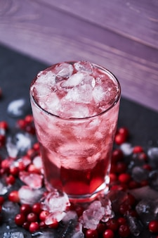 Cocktail alcoolisé avec vodka, jus de canneberge et glace. cape codder dans un verre de casablanca.