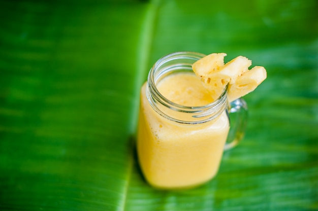 Cocktail d'ananas avec une tranche de feuille de bananier. concept tropical