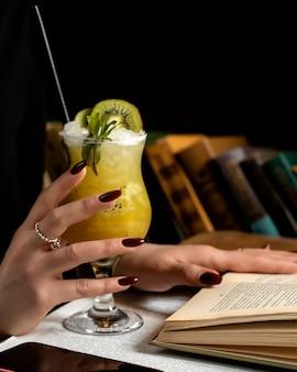 Cocktail d'ananas avec une tranche de kiwi