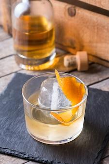 Cocktail à l'ancienne d'oaxaca avec mezcal mexicain ou mescal, tequila et écorce d'orange flambée