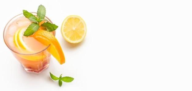 Cocktail à angle élevé avec orange et copie-espace