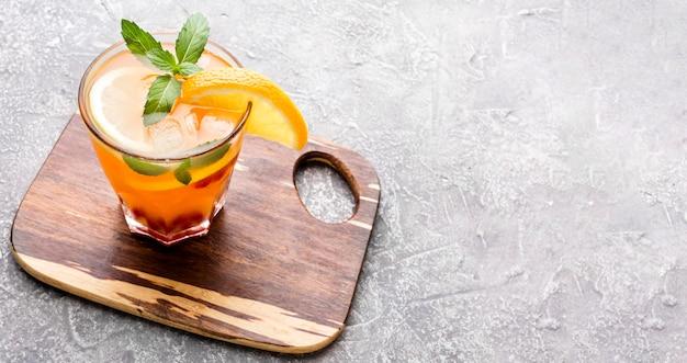 Cocktail à angle élevé sur une planche à découper avec espace copie