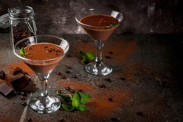 Cocktail au café à la crème, martini au chocolat à la menthe sur table en pierre noire