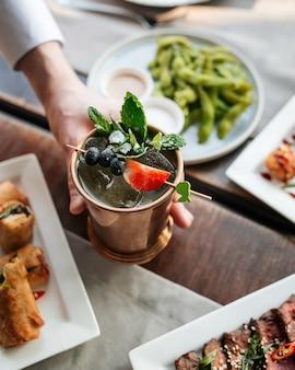 Cocktail au champagne rafraîchissant dans une tasse en cuivre