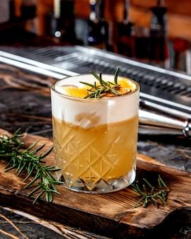 Cocktail au citron avec du vert sur la table