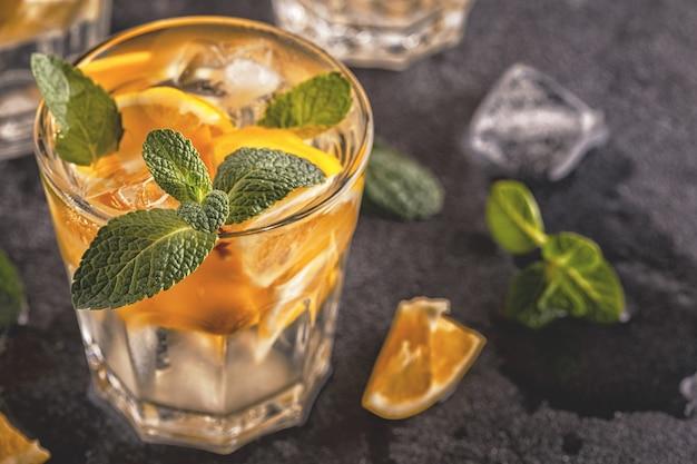 Cocktail au citron / eau infusée de fruits détox, mise au point sélective.
