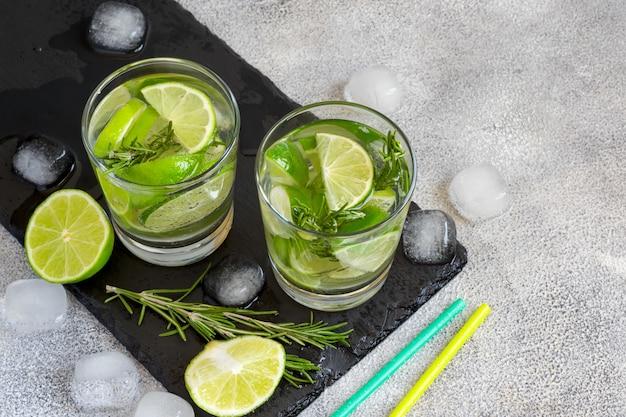 Cocktail au citron vert et au romarin.