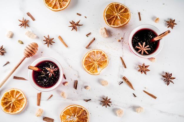 Cocktail au vin chaud avec du vin et des épices