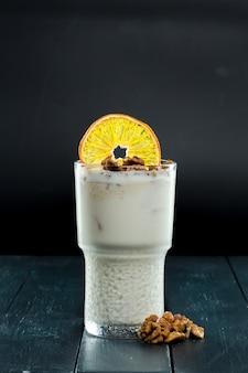 Cocktail aux noix et à la tranche d'orange