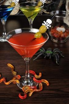 Cocktail aux olives sur un bâton de cocktail en l'honneur d'halloween