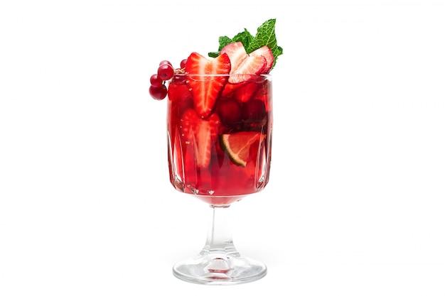 Cocktail de baies vitaminées, rafraîchissantes et saines, avec garniture à la menthe