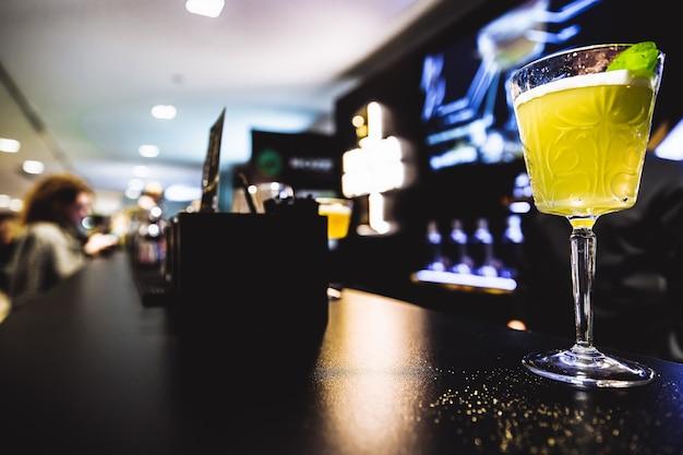 Cocktail sur le bar photo de haute qualité
