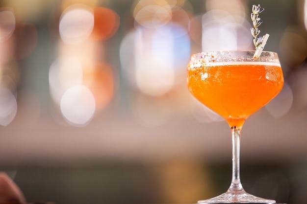 Cocktail de la bibliothèque sur le comptoir du bar lounge. boisson relaxante