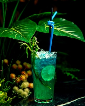 Cocktail bleu avec beaucoup de glace pilée