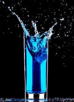 Cocktail bleu éclaboussant
