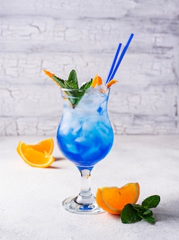 Cocktail bleu avec glace et orange