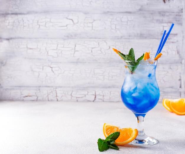 Cocktail bleu avec glace et orange