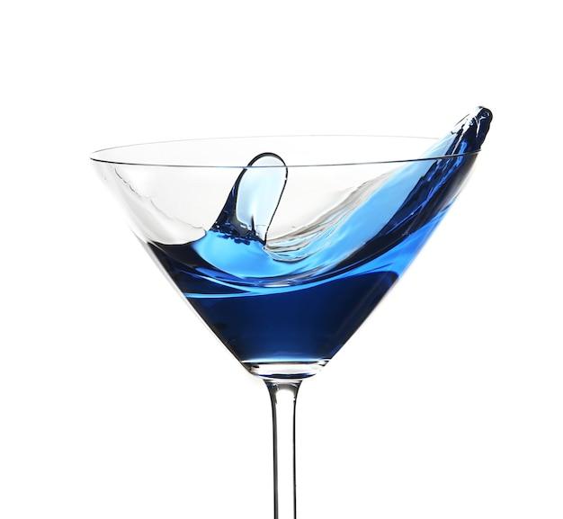 Cocktail bleu avec splash sur blanc