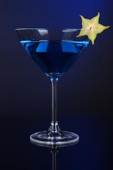 Cocktail bleu en verre à martini