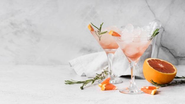 Cocktail de boisson alcoolisée vue de face au pamplemousse