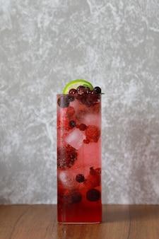 Cocktail de boissons gazeuses aux baies mélangées fraîches glacées en verre, jus en boisson saine et sucrée d'été