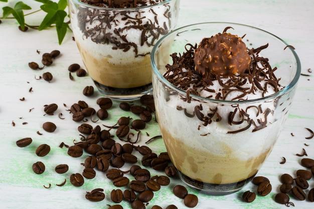 Cocktail de café avec des bonbons au chocolat
