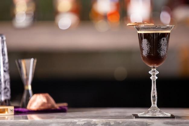 Cocktail de café sur le comptoir du bar-salon de luxe. boisson mix fraîcheur