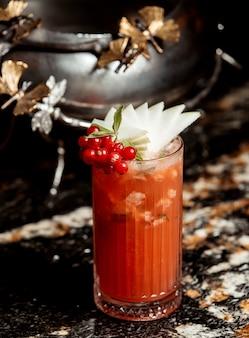Cocktail de canneberges garni de tranches de poire menthe et canneberge