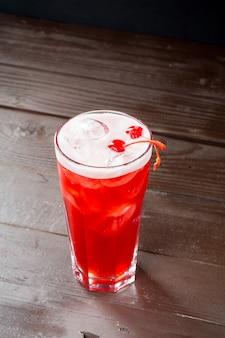 Cocktail de cerises avec des glaçons