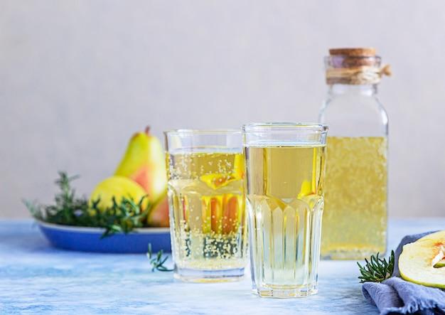 Cocktail de cidre de poire au romarin