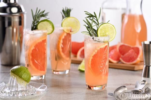 Cocktail citron vert frais et romarin combiné avec du jus de pamplemousse frais et de la tequila