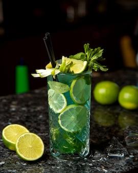 Cocktail citron vert menthe vue latérale