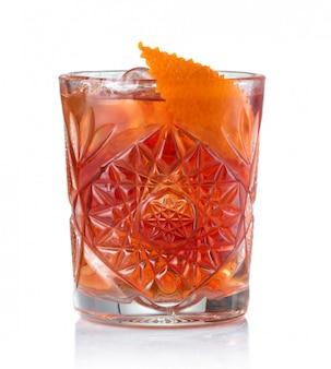 Cocktail classique de negroni isolé sur blanc