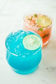 Cocktail de cocktails en verre glacé