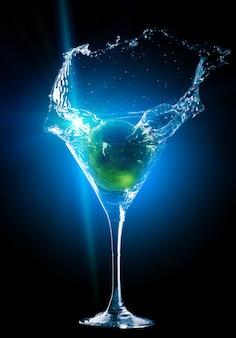 Cocktail coloré avec éclaboussures