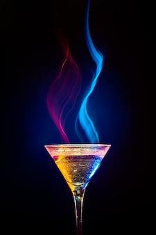 Cocktail coloré sur fond noir