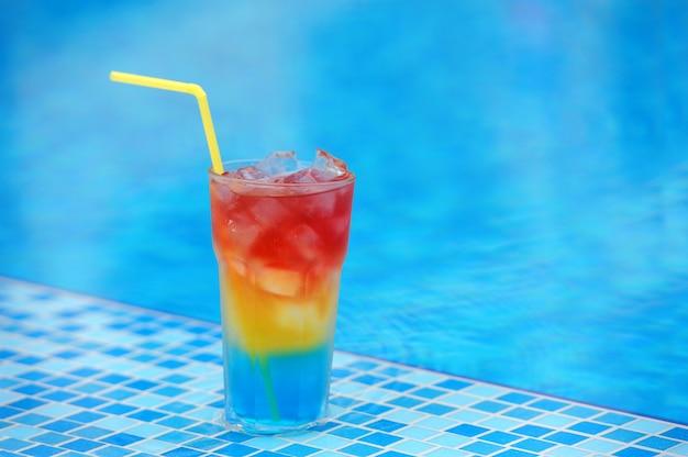 Cocktail coloré sur la piscine