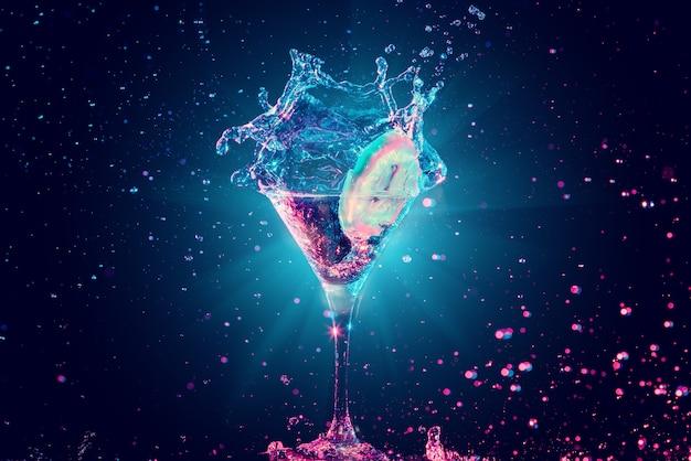 Cocktail coloré en verre avec splash