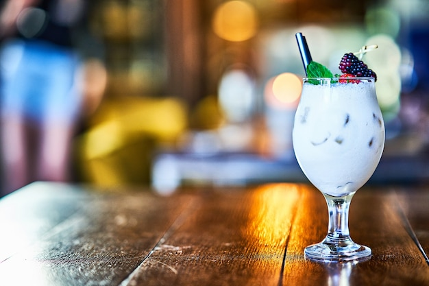 Cocktail sur le comptoir du bar en bois