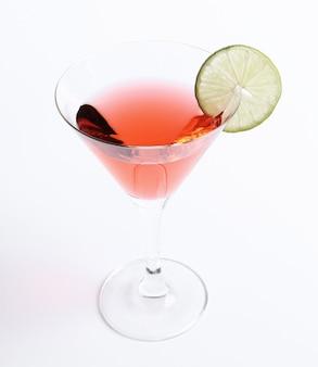 Cocktail cosmopolite avec une tranche de citron vert