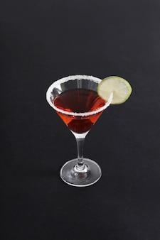 Cocktail cosmopolite avec une tranche de citron