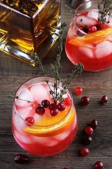 Cocktail cranberry orange bourbon smash avec une pointe épicée de thym