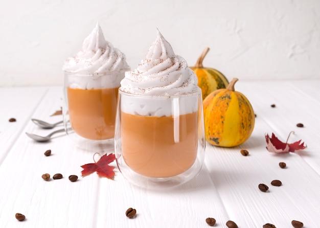 Cocktail à la crème fouettée sur une table en bois blanche