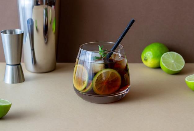 Cocktail cuba libre avec citron vert et glace. boissons alcoolisées au rhum et au cola