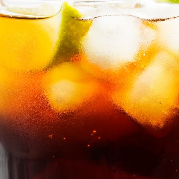 Cocktail cuba libre dans un verre