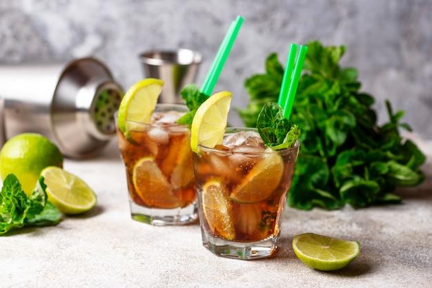 Cocktail cuba libre à la menthe et au citron vert