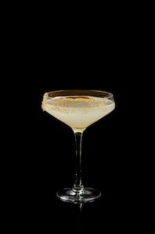 Cocktail daiquiri isolé sur fond noir.